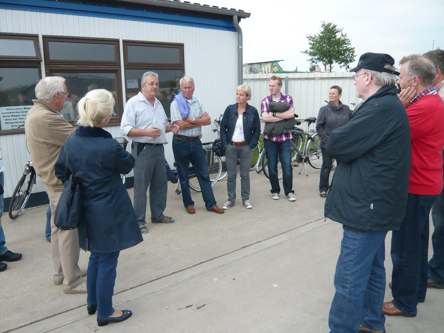 Peter Geuking (im Bild 3. v. links) erläuterte den CDU-Vertretern das Dienstleistungsangebot des Wertstoffhofes