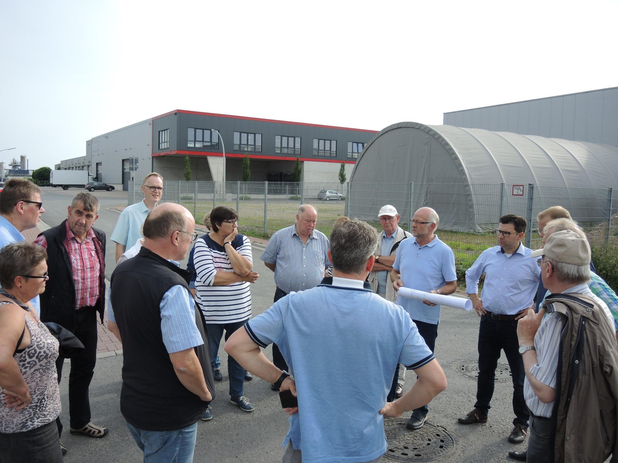 Im Gewerbegebiet Pingelerhook erläuterte Bernd Liesbrock von der Fa. Bewital den CDU-Vertretern die Erweiterungspläne des Unternehmens im Bereich der Tierfutterverarbeitung