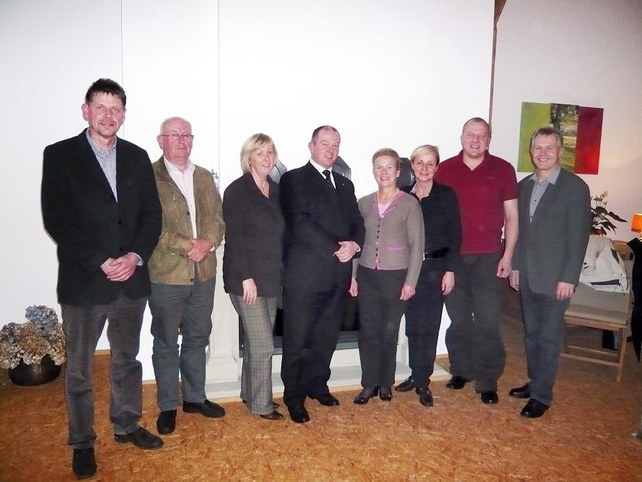 Die Vertreter der CDU-Mannschaft mit ihrem Bürgermeisterkandidaten Christian Vedder (4. von links), Hermann-Josef Frieling, Fraktionsvorstand; Bernhard Haverkock, Senioren-Union; Elisabeth Rathmer, Frauen Union; Annette Bonse-Geuking, Ehrenvorsitzende; Mo
